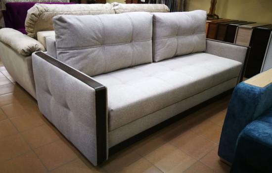 Стильный диван с узким подлокотником
